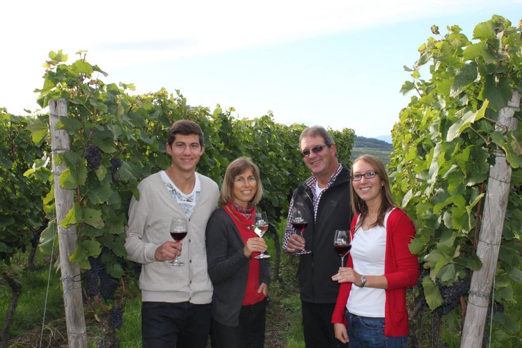Familie Schmidt im Weinberg von Weingut Schmidt